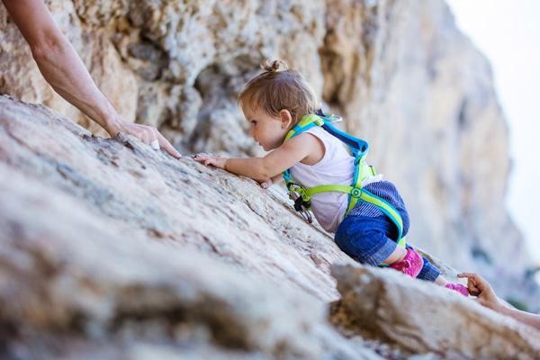 Kleinkind auf Felsen