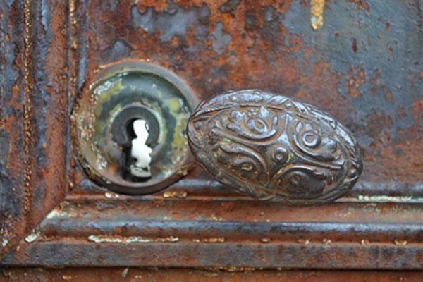 Ausschnitt eines verrosteten Türschlosses